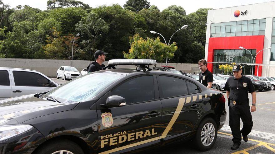 Uyuşturucu çetesi ile çalışan Brezilyalı 53 polis memuruna tutuklama