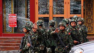 Çinli güvenlik güçleri 'şüpheli' gördükleri Uygurları gözaltına alıyor
