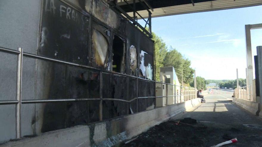 محتجون يحرقون محطات دفع رسوم العبور في فرنسا بعد مطالبة الشركة بتسديد الرسوم