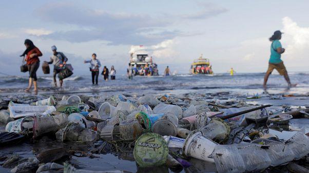 EU reaches agreement on single-use plastic ban
