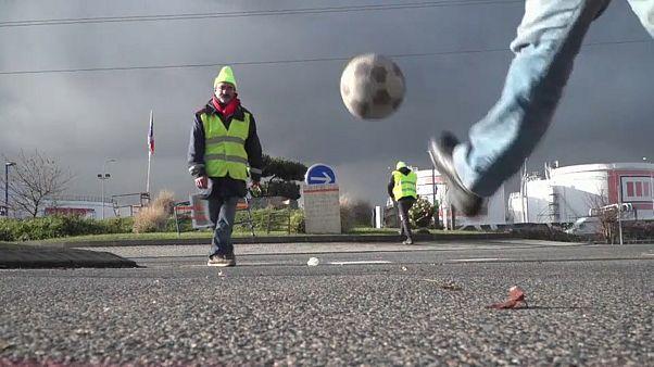 Quelques passes de foot improvisées sur un blocage des Gilets Jaunes
