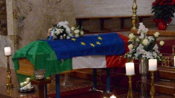 Tricolore e Europa sulla bara di Megalizzi