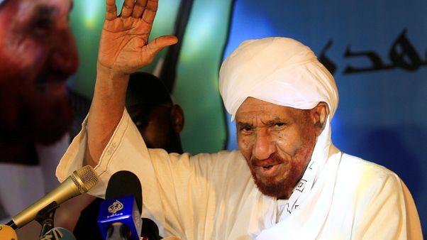 الآلاف في استقبال زعيم المعارضة السوداني الصادق المهدي في أم درمان