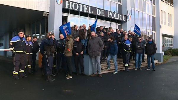 Governo francês cede e aumenta salários dos polícias