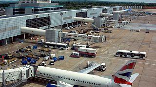 Londra, droni paralizzano aeroporto Gatwick: 20mila passeggeri a terra