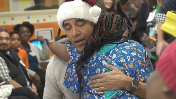 باراک اوباما در لباس بابا نوئل به بیمارستان کودکان رفت