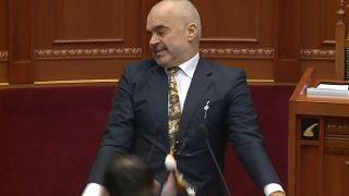 شاهد: رئيس وزراء ألبانيا يتعرض للرشق بالبيض من نائب معارض