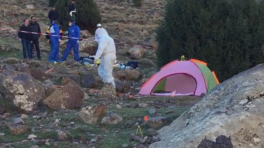 Les enquêteurs, près de la tente où ont été retrouvées les jeunes filles