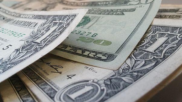 أمريكي أسود ذهب لصرف شيك ب1000 دولار ..فاستدعى البنك الشرطة بتهمة الاحتيال!