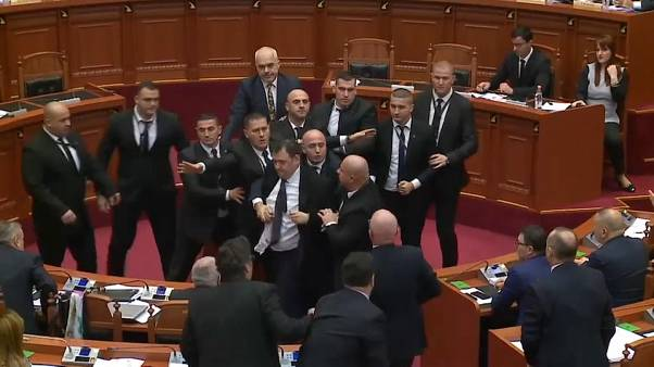 شاهد: نقاش برلماني من نوع خاص في ألبانيا.. نائب معارض يرشق رئيس الوزراء بالبيض