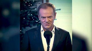 Donald Tusk felicita la Navidad cantando un villancico