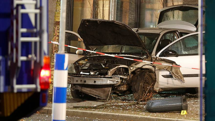 Recklinghausen: Auto rast in Bushaltestelle, eine Person getötet