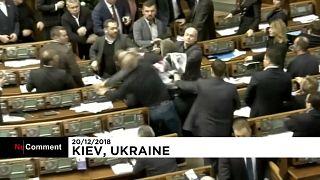 Monumental bronca en el Parlamento ucraniano