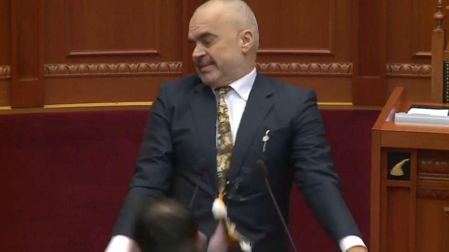 Un miembro de la oposición lanza huevos al primer ministro albanés
