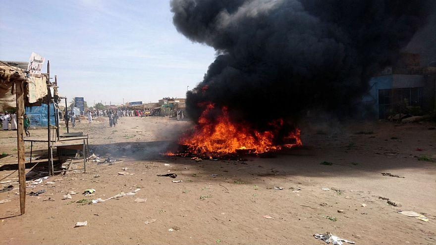 نيران أشعلها محتجون في عطبرة بالسودان خلال احتجاجات يوم الخميس 20-12-2018