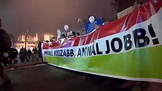Több ezren tüntettek a Sándor-palotánál