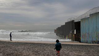 La Cámara Baja aprueba 5.000 millones para el muro de Trump