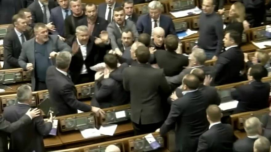 """شجار في البرلمان الأوكراني بسبب ملصق يصف سياسيا بأنه """"عميل بوتين"""""""