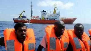 Migranti: l'odissea dell'Aquarius, in mare per giorni con 630 persone a bordo
