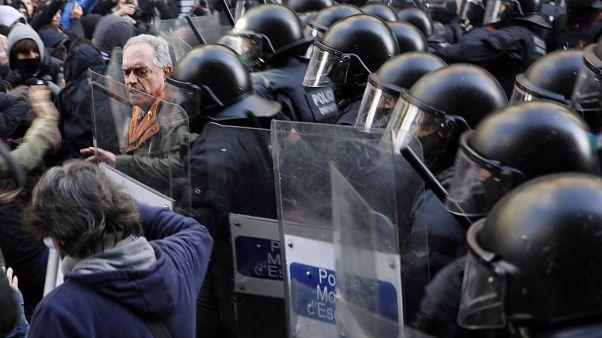 Crónica: Una jornada de disturbios en la calle y acercamiento simbólico en la política en Cataluña