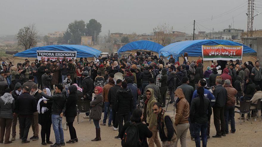 صورة من تظاهرة كردية مناوئة لإردوغان على الحدود السورية-التركية