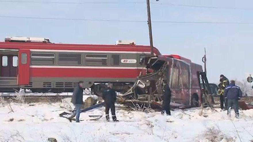 Vonat és busz ütközött Szerbiában, többen meghaltak