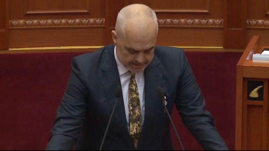 Haftanın 'no comment' videoları: Arnavutluk ve Ukyrayna'da olaylı meclis oturumu, Obama'nın dansı
