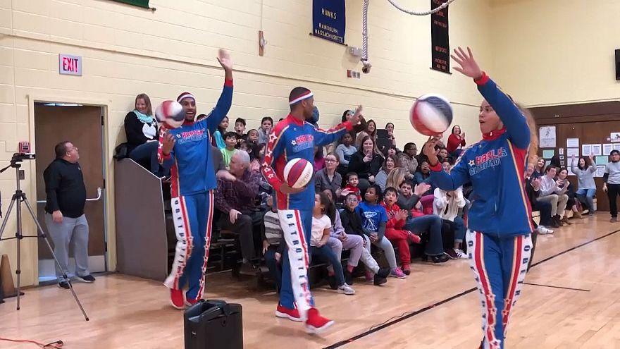 """فريق """"هارليم غلوبتروترز"""" يقدم عرضا رياضيا لتلاميذ من ذوي الاحتياجات الخاصة"""