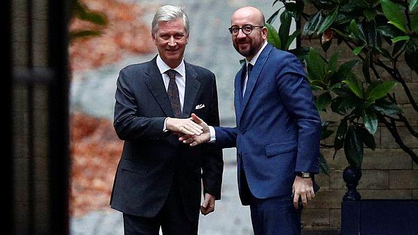 Fülöp belga király (b) fogadja Charles Michel kormányfőt (j)