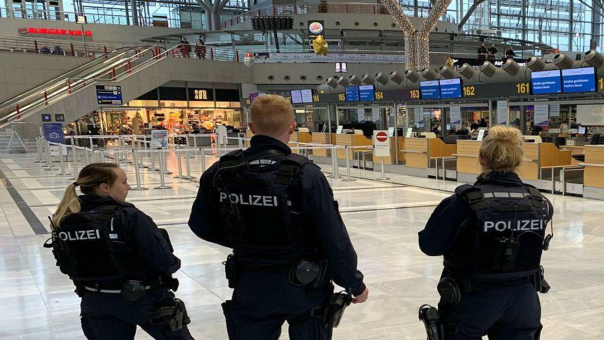 أفراد من الشرطة الألمانية في مطار شتوتغارت بألمانيا 21-12-2018