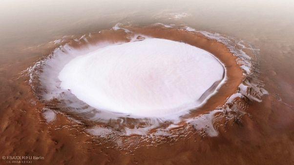 شاهد: حفرة نيزكية هائلة يملؤها الثلج.. على سطح المريخ