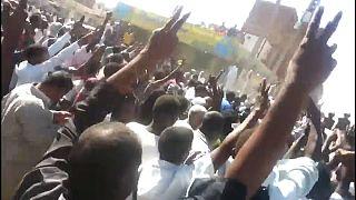 تواصل الاحتجاجات في السودان والرئيس يصدر مرسوما بتعيين والٍ على القضارف