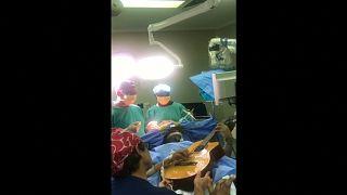 Video   Ünlü cazcı Musa Manzini beyin ameliyatı sırasında gitar çaldı