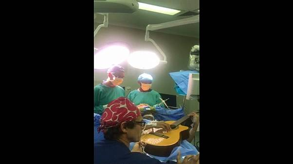 """فنان من جنوب أفريقيا يعزف على """"الغيتار"""" أثناء خضوعه لعملية جراحية في المخ"""