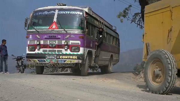 مقتل 23 شخصاً منهم طلاب في حادثة سقوط حافلة عن جرف شاهق في النيبال
