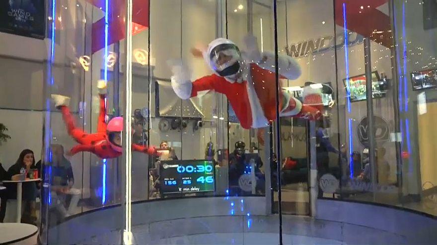 Papa Noel también recoge las cartas de los niños flotando en un tunel de viento