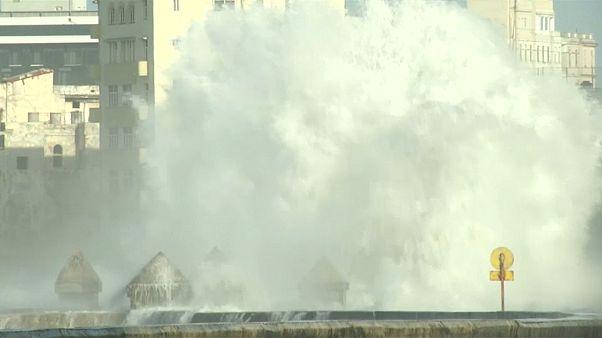 شاهد: أمواج عالية تضرب العاصمة الكوبية هافانا