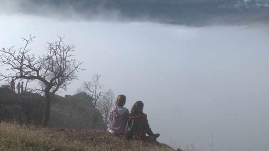 شاهد: الناس تجلس وتتمشى فوق غيوم الضباب في تركيا