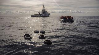 Kaçak göçmenleri kurtaran gemiye İspanya kapılarını açtı