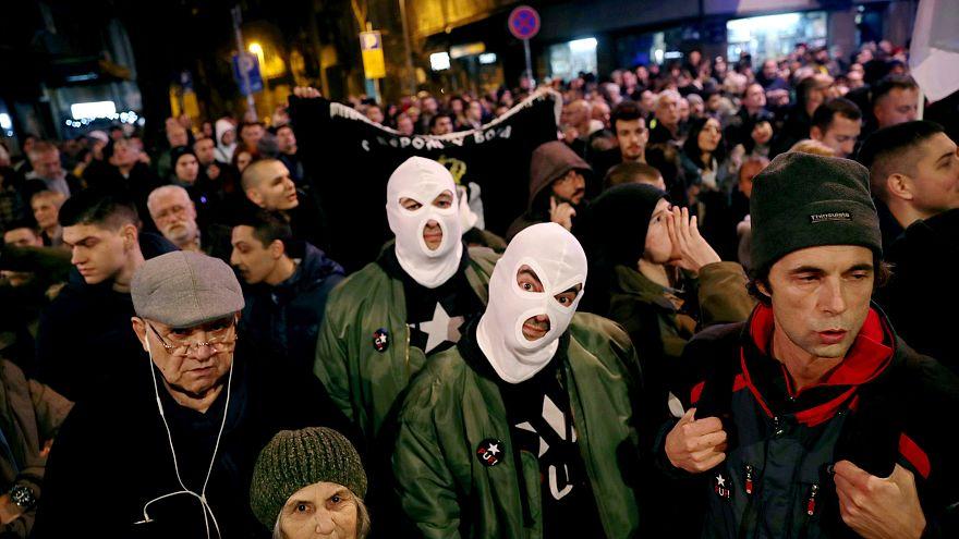 A kormány ellen és a szabad sajtó mellett tüntettek Belgrádban