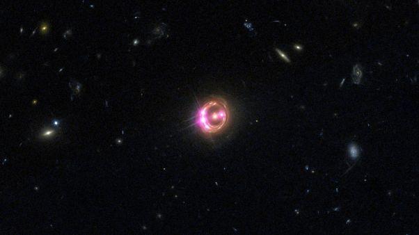 صورة لكوازار RXJ1131 ملتقطة بواسطة مرصد تشاندرا التابع لناسا وتلسكوب هابل