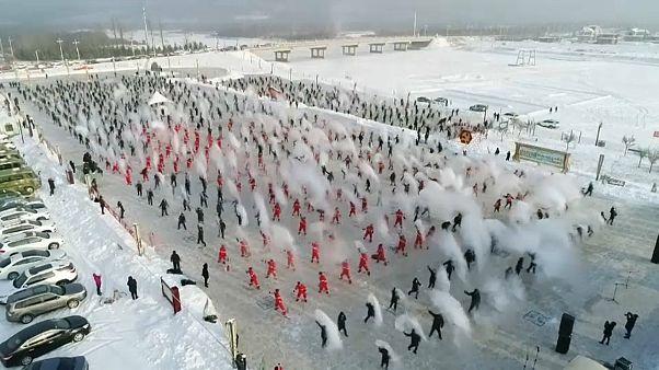 شاهد: طلاب صينيون يحوّلون المياه إلى ضباب جليدي بلمح البصر