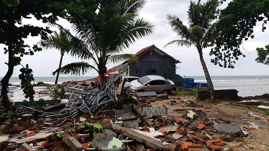 В Индонезии - цунами, в Австралии - град