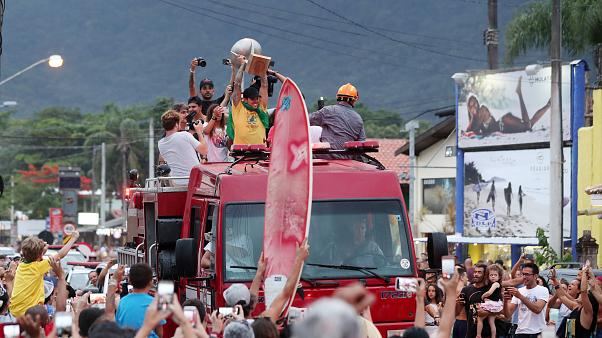 Surf : Gabriel Medina reçu en héros au Brésil