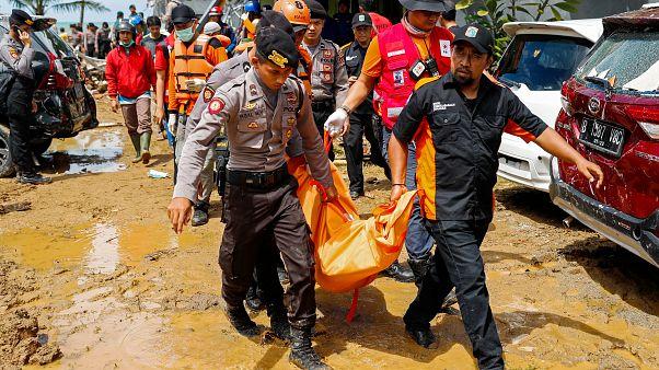 """Indonésie : """"Nous espérons trouver un survivant"""""""