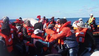 شاهد: إنقاذ 344 شخصا من مياه المتوسط لكنهم ينتظرون من يستقبلهم