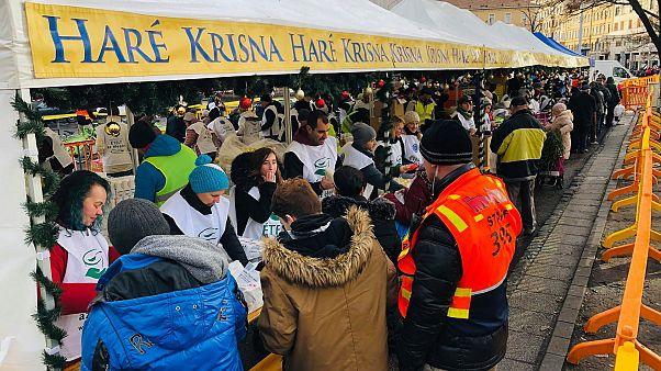 Sok érdeklődő az ételosztáson a budapesti Blaha Lujza téren