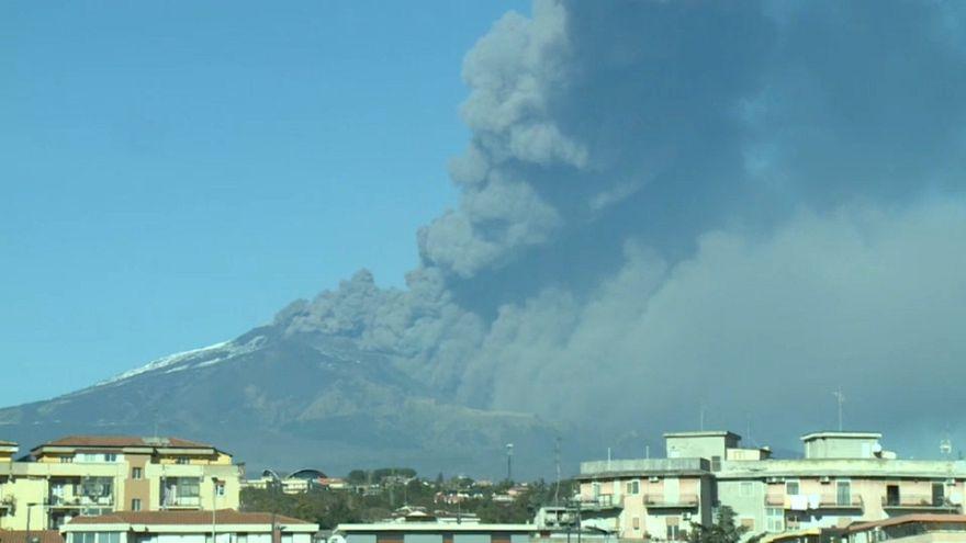Etna, spettacolare eruzione e sciame sismico