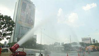 Bangkok Belediyesi hava kirliliği sebebiyle cadde ve kaldırımları yıkadı