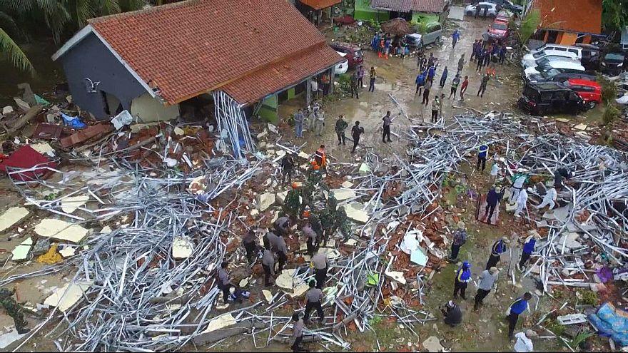 Rettungskräfte im Einsatz nach schwerem Tsunami in Indonesien